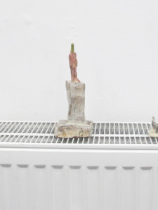 """""""Auf dem Grill"""" Rauminstallation  Keramik glasiert 2016"""