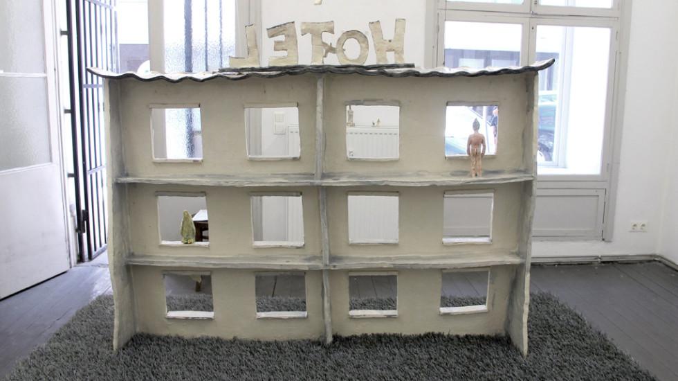 """Papiervögel überm Hotel"" Rauminstallation Mobile  Keramik glasiert 2016"