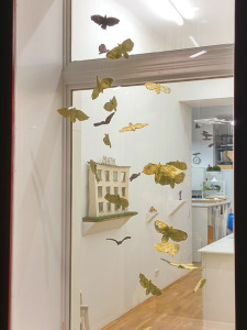 """Alle Vögel sind einzeln handmodeliert und aus gebrannter Keramik Ausstellungsansicht """"OBJEKTe"""" 2016"""